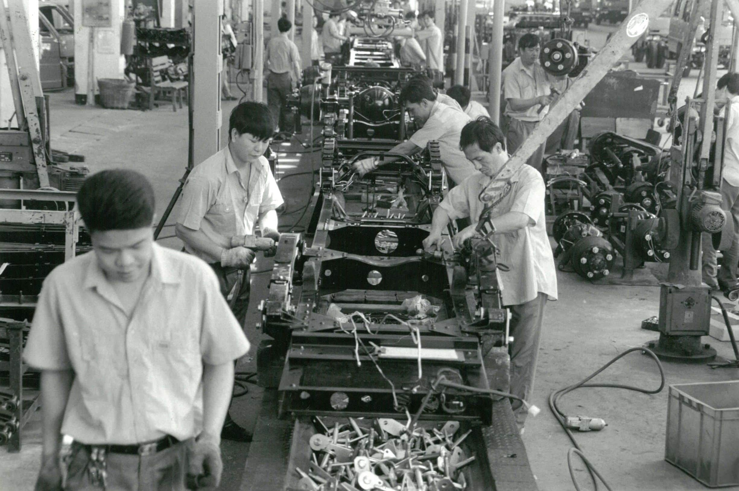 Workers in car factory, Guangzhou, China. Photo: ILO Asia-Pacific. (CC BY-NC-ND 3.0 IGO).